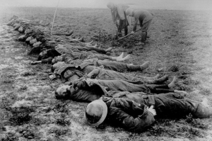 Line_of_dead_soldiers_awaiting_burial